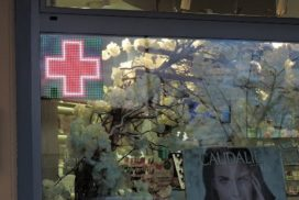 Mini croix de pharmacie en vitrine